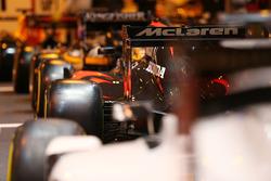 Een McLaren F1-bolide op de stand van F1 Racing