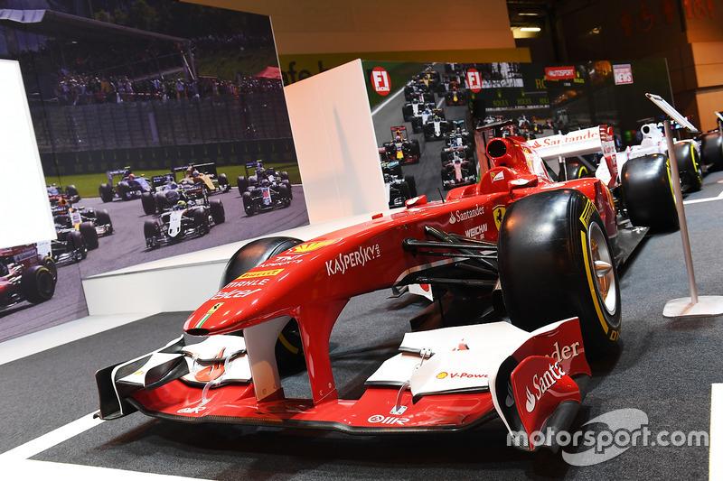 Une Ferrari sur le stand F1 Racing