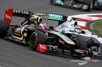Vitaly Petrov making life difficult for Nico Rosberg