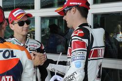 Второе место - Бен Спис, Yamaha Factory Racing с третьим место - Хорхе Лоренсо, Yamaha Factory Racing