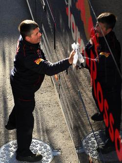 Toro Rosso mechanic