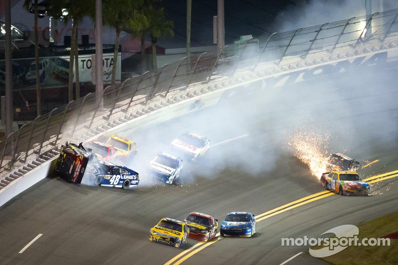 Jeff Gordon, Hendrick Motorsports Chevrolet, Kurt Busch, Phoenix Racing Chevrolet en Jimmie Johnson, Hendrick Motorsports Chevrolet crash
