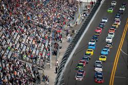 Restart action: Denny Hamlin, Joe Gibbs Racing Toyota leads the field