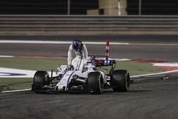Lance Stroll, Williams FW40, sale de su auto después del choque con Carlos Sainz Jr., Scuderia Toro Rosso