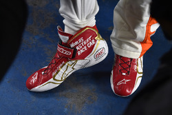 Chase Elliott, Hendrick Motorsports Chevrolet shoes commemorating his father Bill Elliott's 1987 race