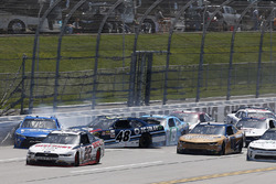 Авария Даниэля Суареса, Joe Gibbs Racing Toyota, Бреннана Пула, Chip Ganassi Racing Chevrolet и Мэтта Тиффта, Joe Gibbs Racing Toyota