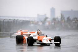 John Watson, McLaren MP4/1-Ford Cosworth devant Mario Andretti, Alfa Romeo 179C