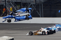 Scott Dixon, Chip Ganassi Racing Honda, Jay Howard, Schmidt Peterson Motorsports Honda involved in a huge crash, Helio Castroneves, Team Penske Chevrolet passes