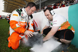 Sahara Force India F1 Team mechanics with dry ice on the grid
