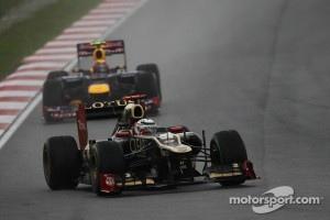 Kimi Raikkonen, Lotus Renault F1 Team leads Mark Webber, Red Bull Racing