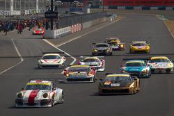 GT300 start: #15 Team Art Taste Porsche 911 GT3 R: Tim Bergmeister, Takeshi Tsuchiya