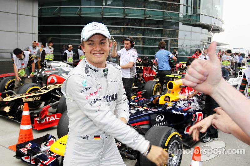 Ganador de la pole position Nico Rosberg, Mercedes AMG F1 celebra su primera pole position en parc ferme