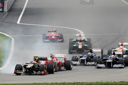 Romain Grosjean, Lotus F1; Felipe Massa, Scuderia Ferrari; Bruno Senna, Williams en Pastor Maldonado, Williams bij de start