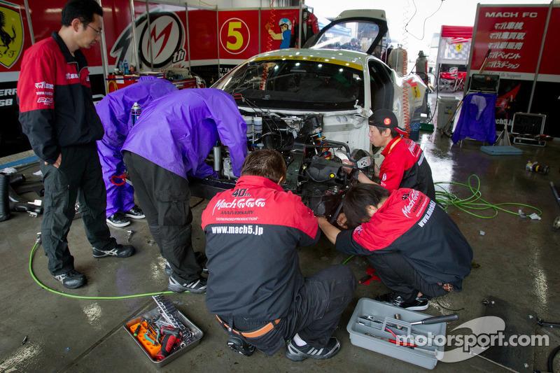 Work on the #5 Team Mach Ferrari 458 GT3 after the morning crash