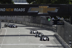Graham Rahal, Rahal Letterman Lanigan Racing Honda, Josef Newgarden, Team Penske Chevrolet, Will Power, Team Penske Chevrolet final restart