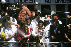 Жаки Икс и Дерек Белл, Porsche 936/81 на подиуме