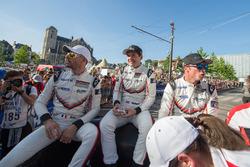 Гонщики Porsche Team Рихард Лиц, Фредерик Маковецки и Патрик Пиле