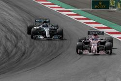 Sergio Perez, Sahara Force India VJM10 en Valtteri Bottas, Mercedes-Benz F1 W08