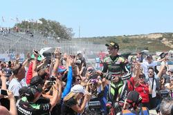 Переможець гонки Джонатан Рей, Kawasaki Racing, обливає уболівальників шампанським