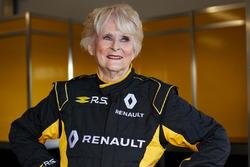 79-éves nő egy F1-es autóval