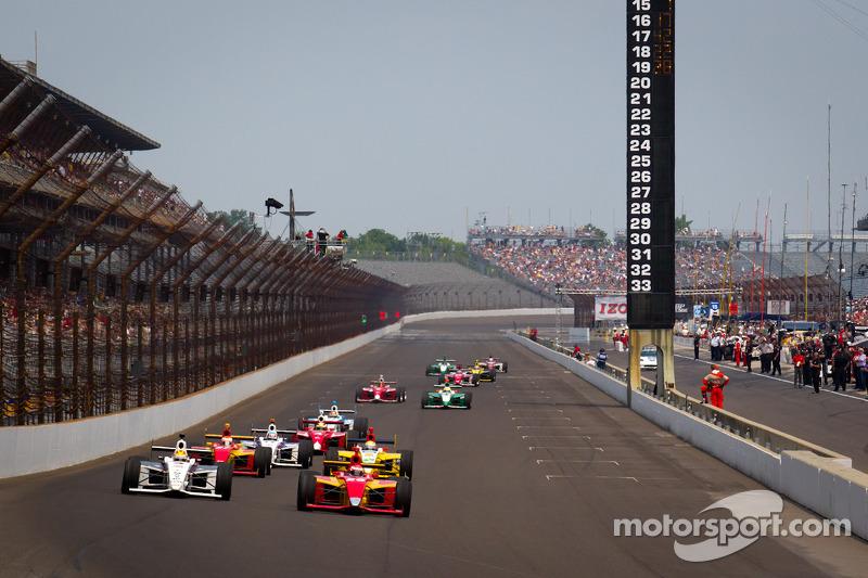 Restart: Victor Carbone, Sam Schmidt Motorsports and Carlos Munoz, Andretti Autosport lead the field