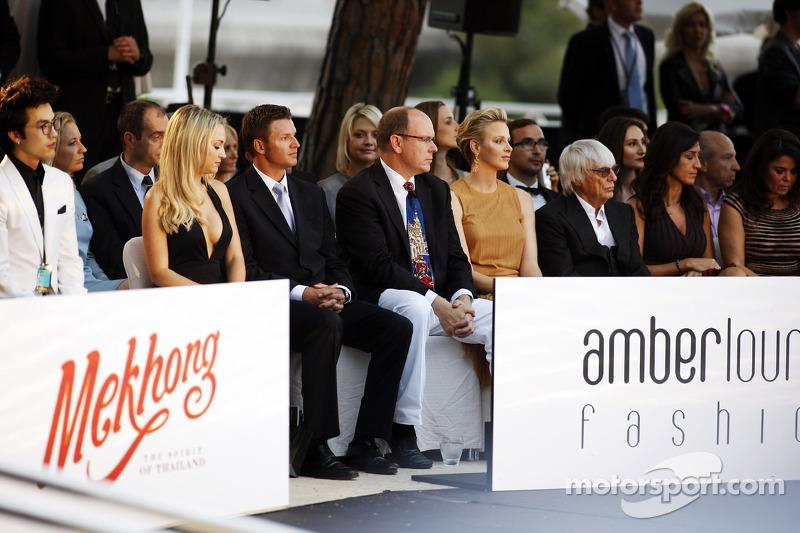 HSH Prins Albert van Monaco, en Prinses Charlene van Monaco met Bernie Ecclestone, CEO Formula One Group, en Fabiana Flosi, op de Amber Lounge Fashion Show