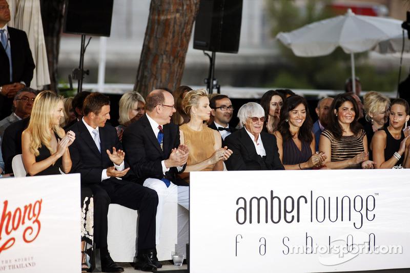 HSH Prins Albert van Monaco, met Prinses Charlene of Monaco en Bernie Ecclestone, CEO Formula One Group, met Fabiana Flosi, op de Amber Lounge Fashion Show