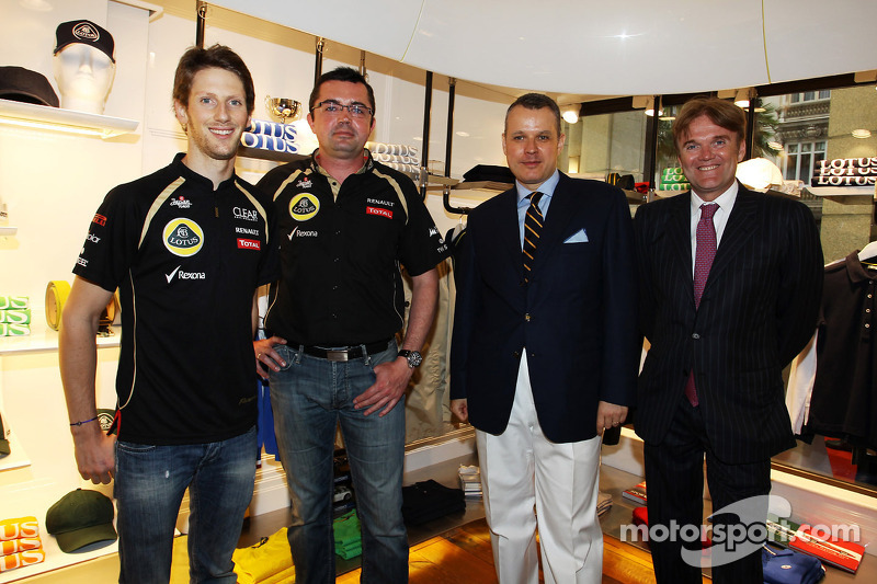 Romain Grosjean, Lotus F1 Team met Eric Boullier, Lotus F1 Team Principal en Ion Bazac, eigenaar Lotus Shop Franchise