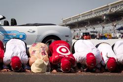 Race winner Dario Franchitti, Target Chip Ganassi Racing Honda kisses the yard of bricks with wife Ashley Judd, Chip Ganassi and Target Chip Ganassi Racing team members