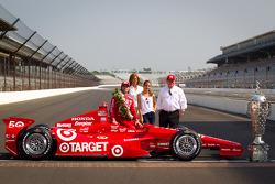 Winners photoshoot: Dario Franchitti, Target Chip Ganassi Racing Honda with Chip Ganassi and family