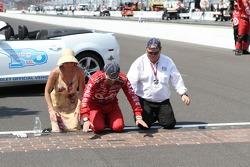Race winner Dario Franchitti, Target Chip Ganassi Racing Honda kisses the yard of bricks with wife Ashley Judd and Chip Ganassi