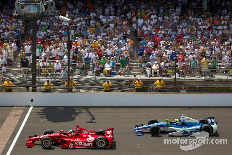 Dario Franchitti, Target Chip Ganassi Racing Honda and Tony Kanaan, KV Racing Technology Chevrolet battle