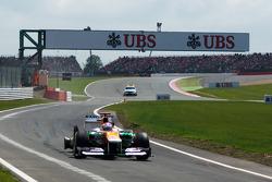 Paul di Resta, Sahara Force India entra en boxes al final de la vuelta de apertura con una rueda trasera pinchada