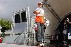 Nico Hulkenberg, Sahara Force India F1 throws caps to the fans