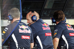 Adrian Newey, Red Bull Racing Chief Technical Officer in de pits