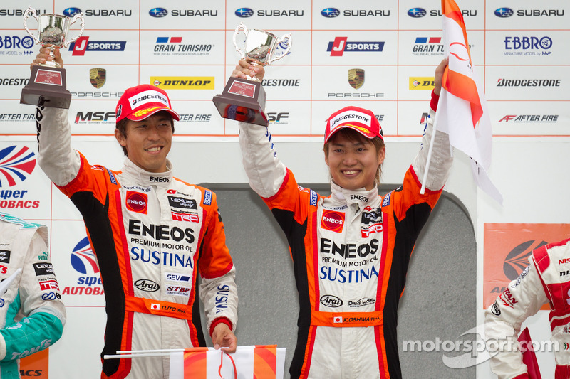 GT500 podium; winnaars Daisuke Ito en Kazuya Oshima