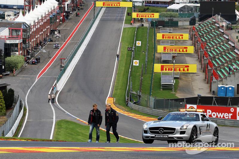 Sebastian Vettel, Red Bull Racing wandelt op het circuit en beklimt Eau Rouge met Heikki Huovinen, Personal Trainer