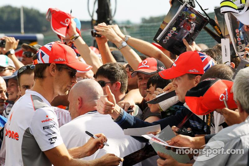Jenson Button, McLaren signeert handtekeningen voor fans