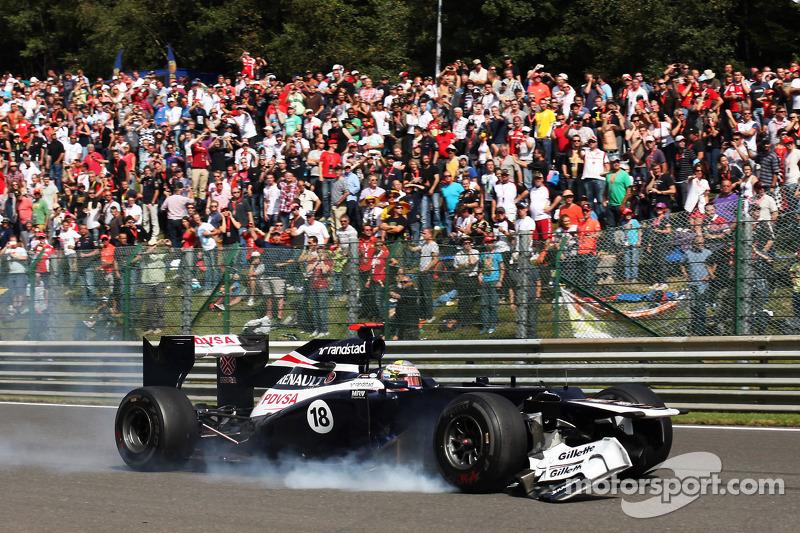 Pastor Maldonado, Williams se retira de la carrea con el ala delantera dañada