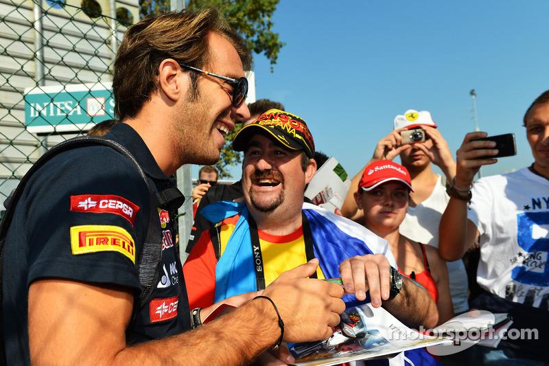 Jean-Eric Vergne, Scuderia Toro Rosso signeert handtekeningen voor de fans