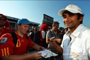 Narain Karthikeyan, Hispania Racing F1 Team, signs autographs for the fans
