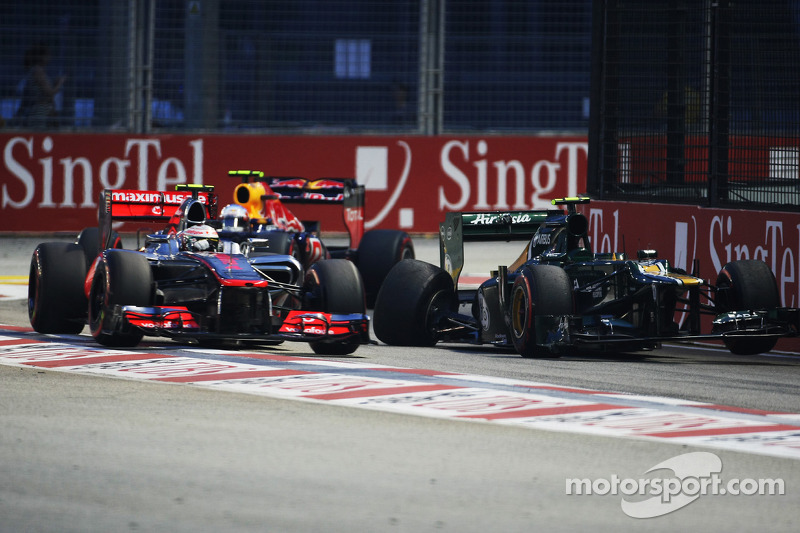 Lewis Hamilton, McLaren en Mark Webber, Red Bull Racing passeert Caterham van Vitaly Petrov, Caterham na crash