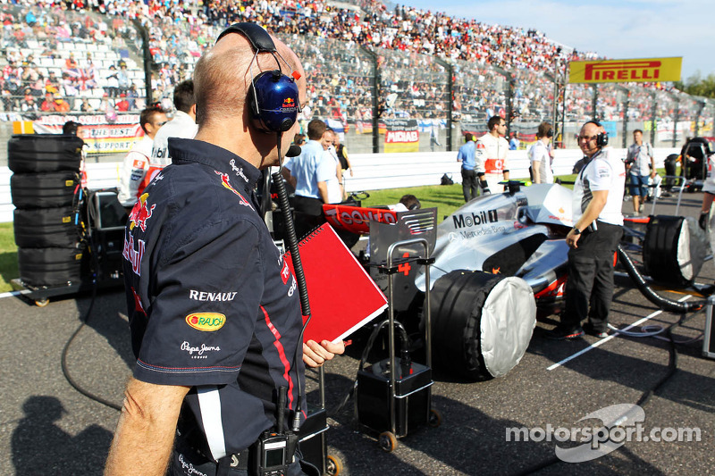 Adrian Newey, Red Bull Racing Chief Technical Officer looks at the McLaren of Lewis Hamilton, McLaren on the grid