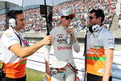 Nico Hulkenberg, Sahara Force India F1 with Bradley Joyce, Sahara Force India F1 Race Engineer, on the grid