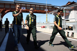 Giedo van der Garde, Caterham Third Driver walks the circuit