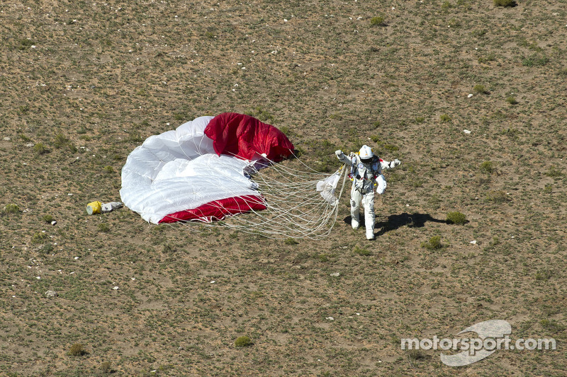 Felix Baumgartner landt na sprong van 128,000 voet and breekt geluidsmuur