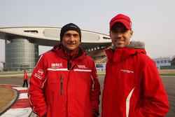 Gabriele Tarquini, SEAT Leon WTCC, Lukoil Racing Team en Tiago Monteiro, Honda Civic Super 2000 TC, Honda Racing Team Jas