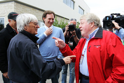 Bernie Ecclestone, CEO Formula One Group, met Christian Horner, Red Bull Racing Team Principal en Michael Tee