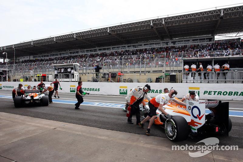 Paul di Resta, Sahara Force India and Nico Hulkenberg, Sahara Force India F1 in the pits