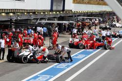 Jenson Button, McLaren en Fernando Alonso, Ferrari in de pits